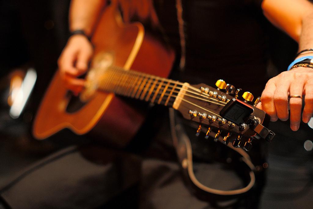 slika uglaševanje kitare