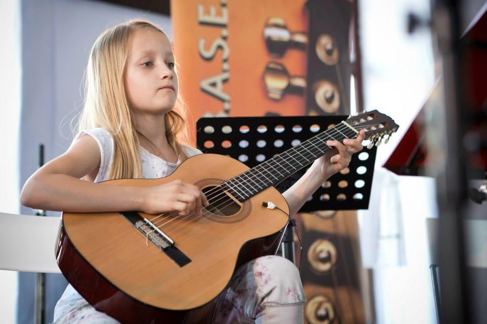 Julija na nastopu v Salonu