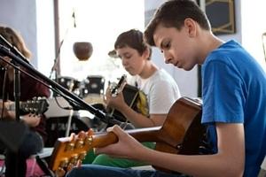 Kitarski trio v Salonu