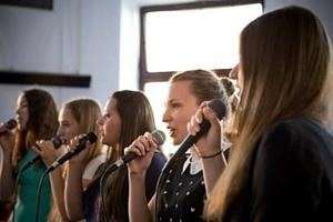 Pevke na nastopu V Salonu