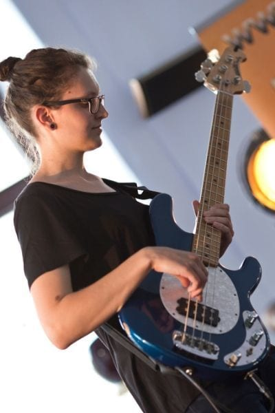 neža učenka bas kitare